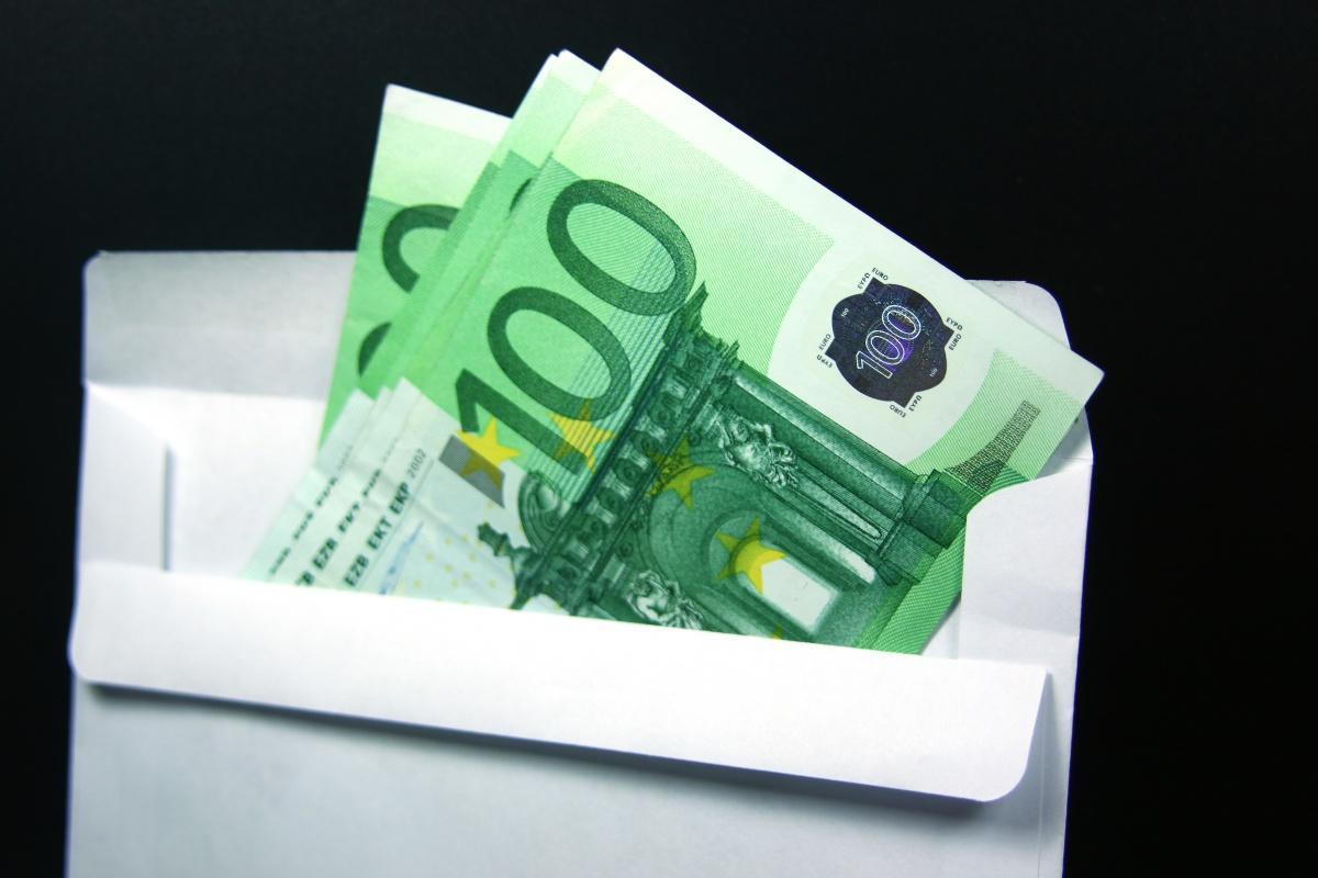 Regalare soldi agli sposi diventa reato