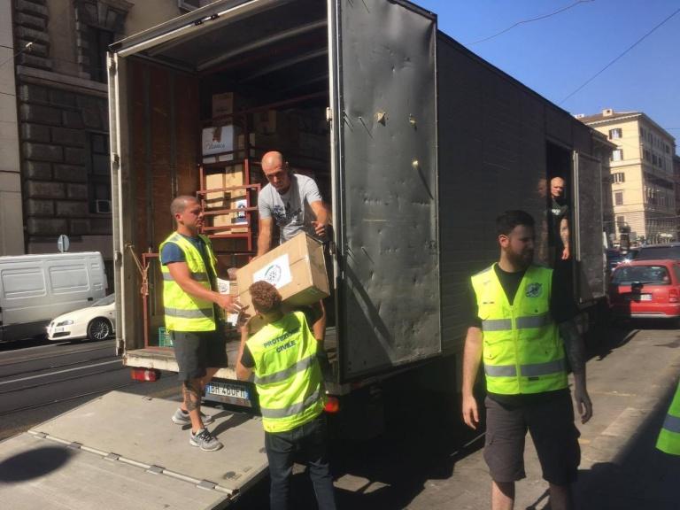 Migliaia di scarpe donate ai terremotati dell'Aquila sono finite agli immigrati
